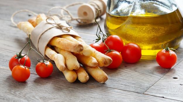 Grissini, tomate cereja e azeite