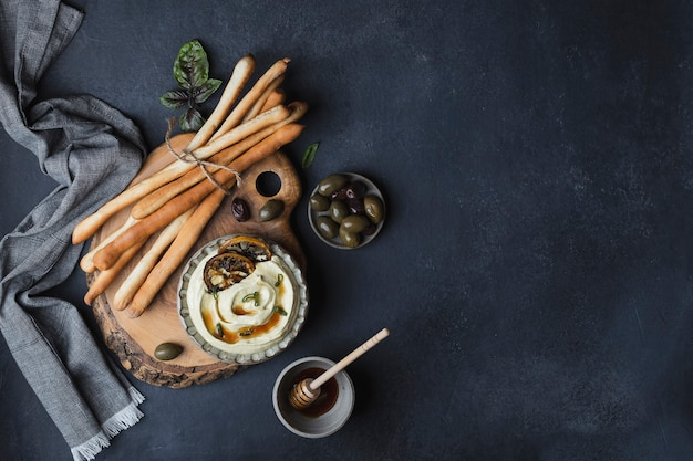 Grissini tradicional de breadsticks italianos com molho de queijo feta