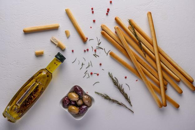 Grissini tradicional de palitos de pão italiano em mesa de luz