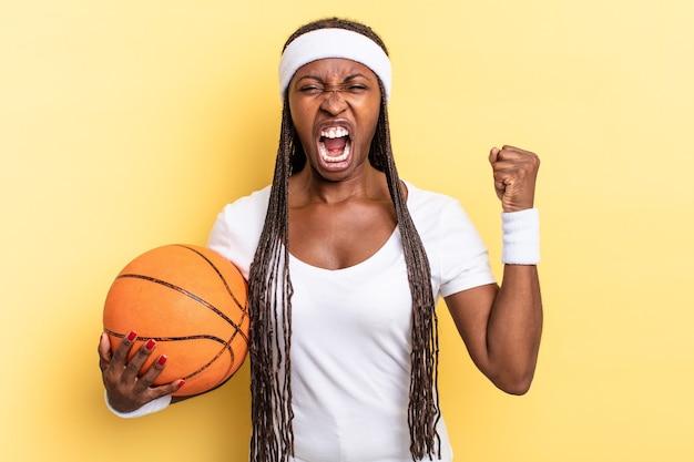 Gritando agressivamente com uma expressão de raiva ou com os punhos cerrados celebrando o sucesso. conceito de cesta