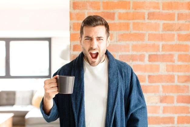 Gritando agressivamente, homem parecendo muito zangado, frustrado, indignado ou irritado, gritando não