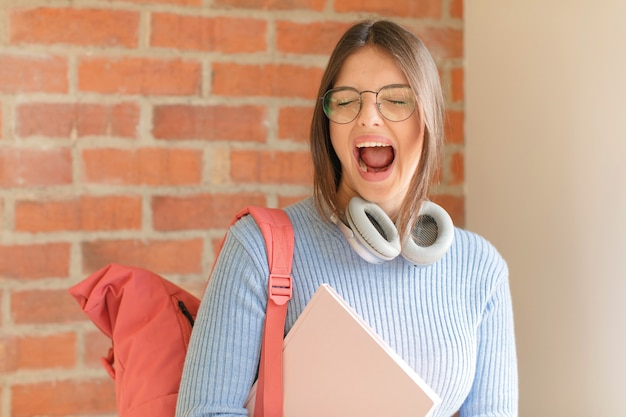 Gritando agressivamente, mulher parecendo muito zangada, frustrada, indignada ou irritada, gritando não