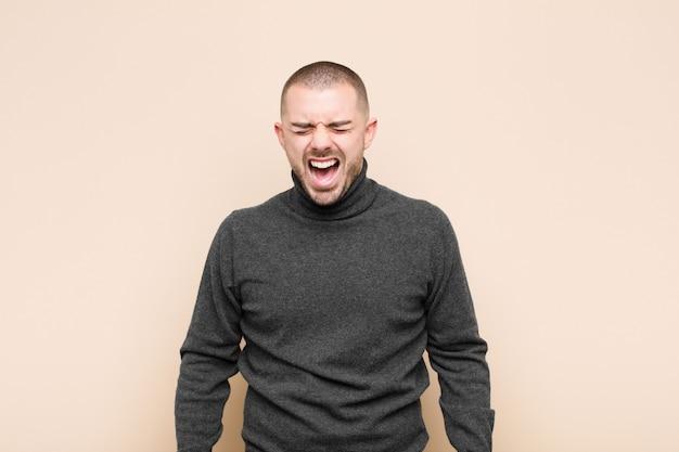 Gritando agressivamente, parecendo muito zangado, frustrado, indignado ou irritado, gritando sem