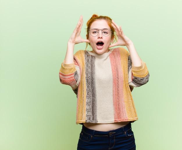 Gritando com as mãos no ar, sentindo-se furioso, frustrado, estressado e chateado
