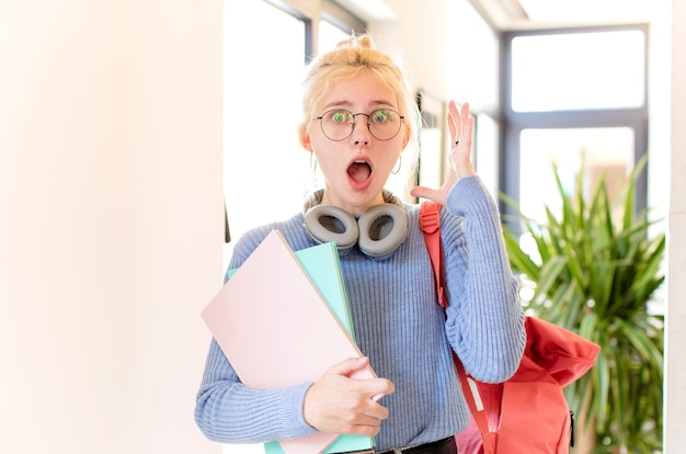 Gritando com as mãos para o alto, mulher se sentindo furiosa, frustrada, estressada e chateada