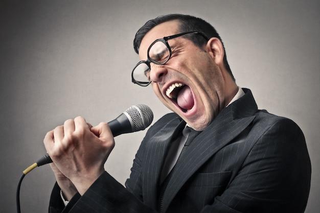 Gritando em um microfone