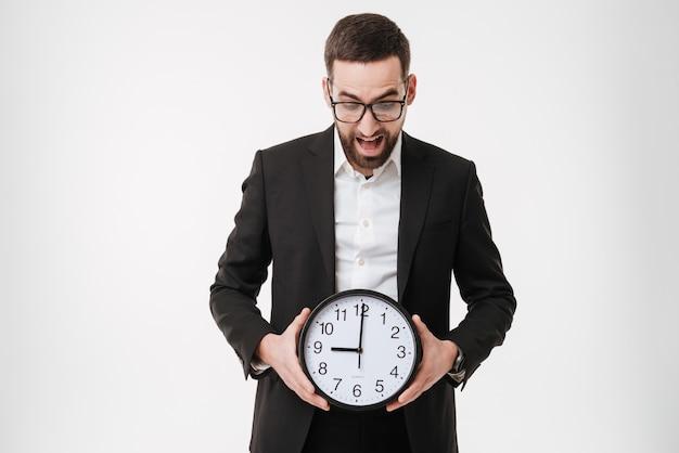 Gritando empresário barbudo segurando o relógio.