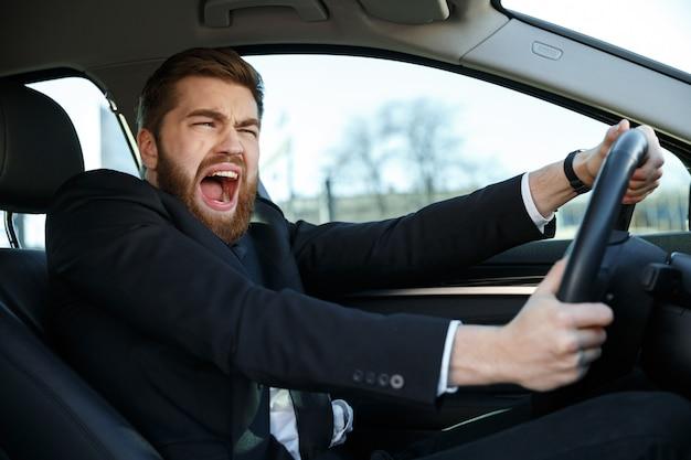 Gritando empresário quase batendo carro durante sua viagem