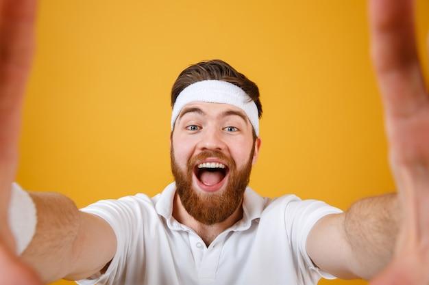 Gritando feliz desportista fazendo selfie