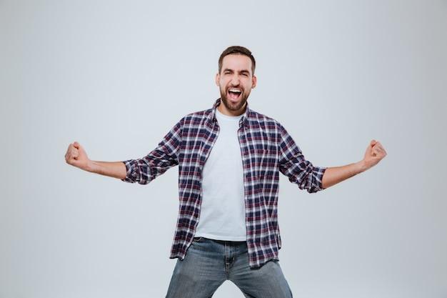 Gritando feliz homem barbudo na camisa