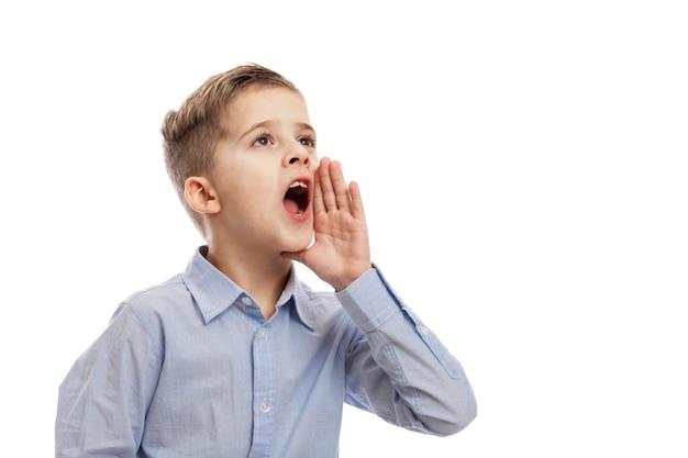 Gritando menino de escola. problemas sociais. isolado sobre o fundo branco