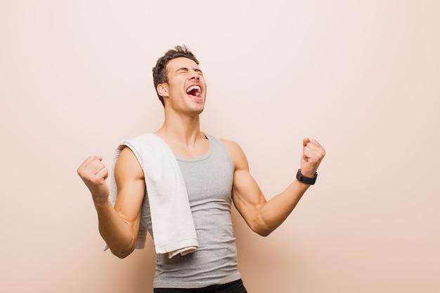Gritando triunfantemente, parecendo vencedor animado, feliz e surpreso, comemorando