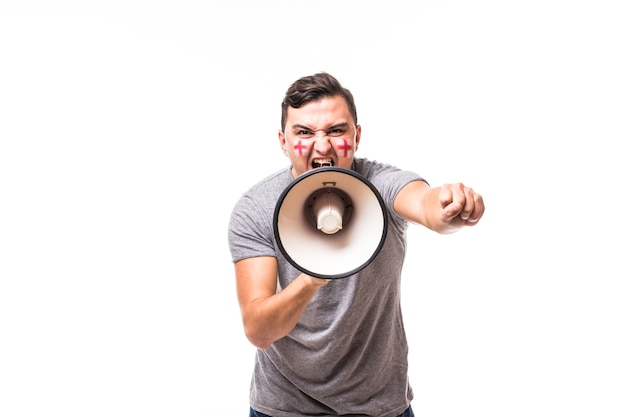 Grite no megafone, fã de futebol da inglaterra, no jogo de apoio da seleção nacional da inglaterra em fundo branco. conceito de fãs de futebol.