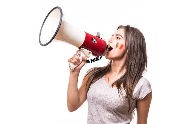Grite no megafone, fã de futebol da mulher da bélgica, no jogo de apoio da seleção da bélgica em fundo branco. conceito de fãs de futebol.