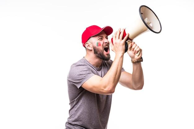 Grite no megafone, torcedor de futebol de portugal, no jogo de apoio da seleção nacional de portugal em fundo branco. conceito de fãs de futebol.