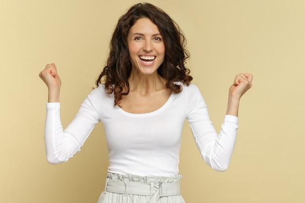 Grito feminino em êxtase de empolgação erga os punhos para torcer pelo time ou empolgado com o sucesso inesperado