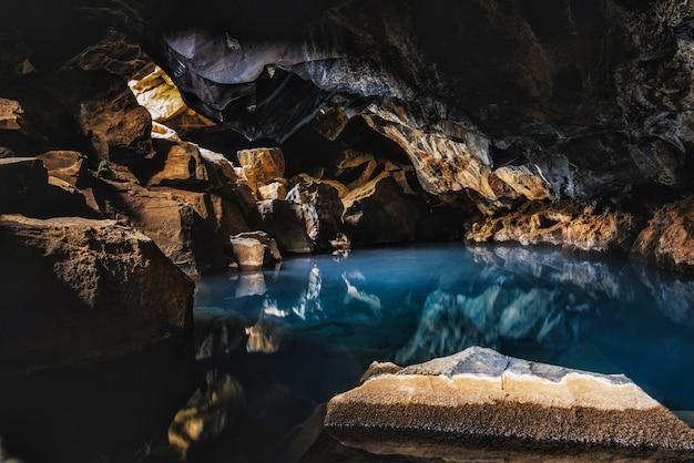 Grjotagja cave hot spring islândia