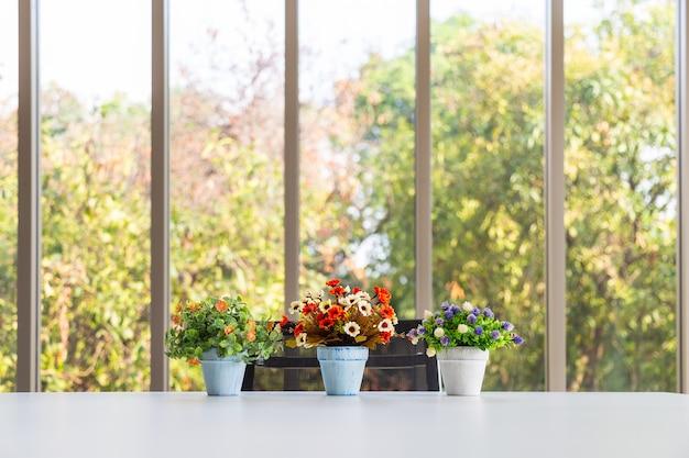 Grop de buquê colorido flor artificial em vaso na mesa moderna