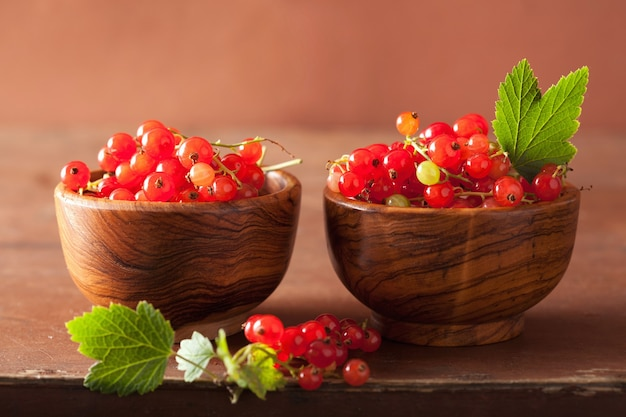 Groselha fresca em xícaras sobre mesa rústica de madeira