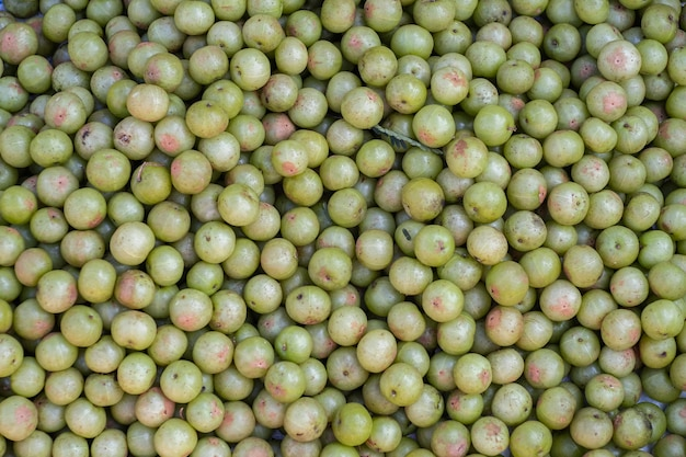 Groselha indiana (phyllanthus emblica), árvore de malaca ou fruta amla. emblic frutos à venda no mercado.