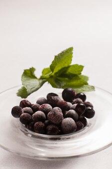 Groselha preta congelada. bagas de frutas orgânicas. vegano saudável. conceito de arte de fotografia de comida