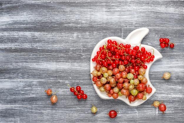 Groselhas doces orgânicas frescas e groselha em taças