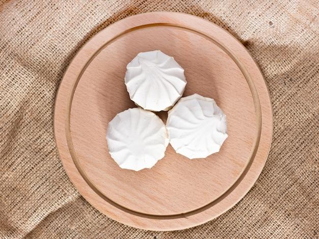 Groselhas frescas e um marshmallows branco