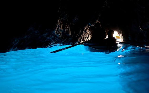 Grotta azzurra, caverna na costa da ilha de capri.