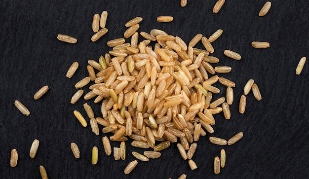 Grumos de arroz integral em preto, vista superior