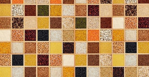 Grumos de cereais em caixas de madeira quadradas
