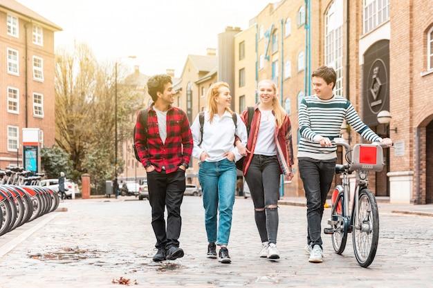 Grupo adolescente de amigos caminhando juntos na cidade
