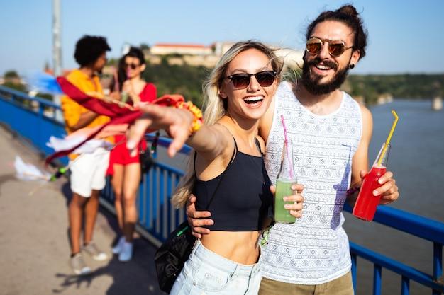 Grupo alegre de amigos se divertindo, viajando e sorrindo
