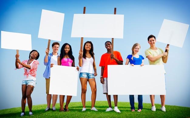Grupo, amigos, ao ar livre, cartaz, expressão, torcendo, equipe, conceito
