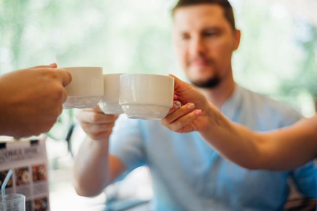 Grupo amigos, bebendo, chá