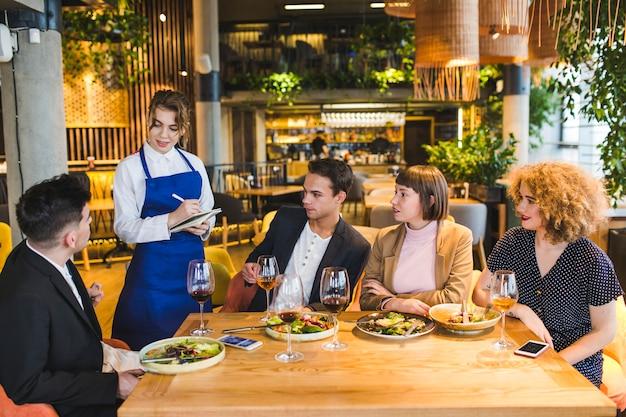 Grupo amigos, comer, em, restaurante