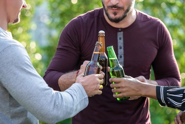 Grupo amigos, desfrutando, bebendo, álcool