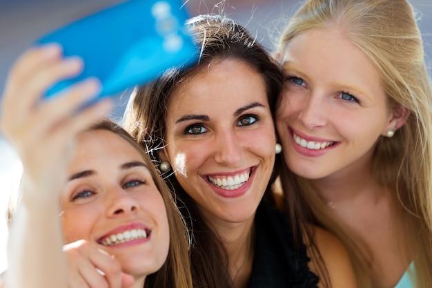 Grupo, amigos, taking, selfie, rua