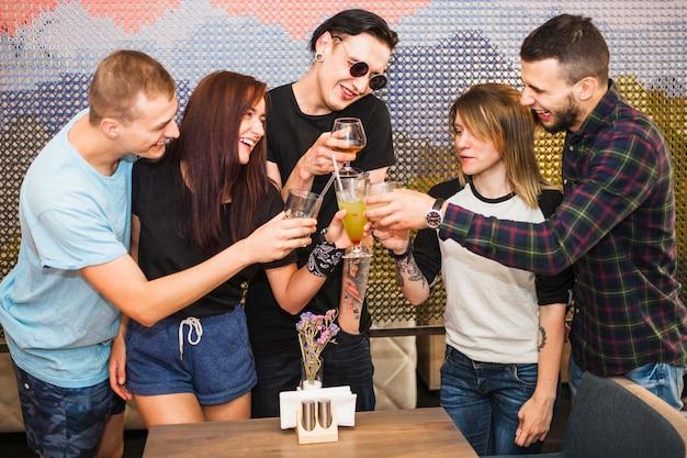 Grupo amigos, tendo, bebidas, em, restaurante