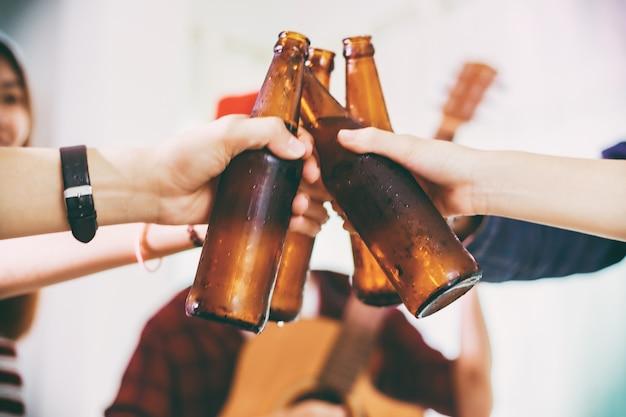 Grupo asiático de amigos, festa com bebidas alcoólicas de cerveja e jovens desfrutando de um bar para