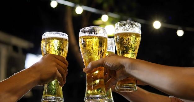 Grupo asiático de amigos, festa com bebidas alcoólicas de cerveja