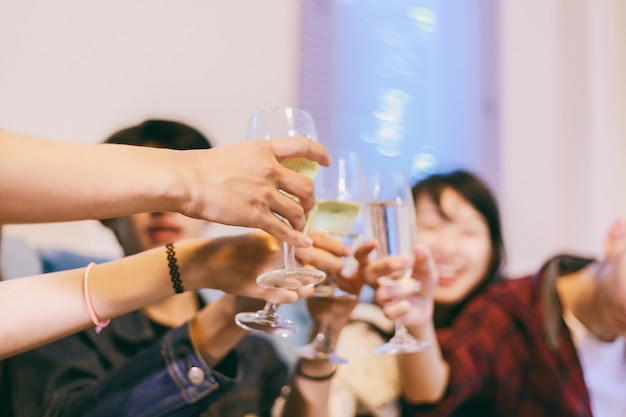 Grupo asiático, de, amigos, tendo partido, com, alcoólico, cerveja bebe, e, grupo, pessoas, com, champanhe, danci