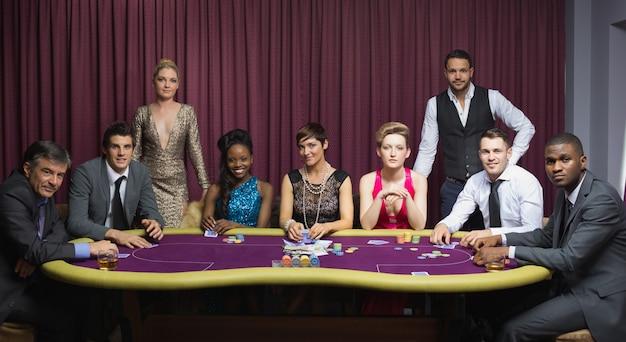 Grupo bem vestido na mesa de poker
