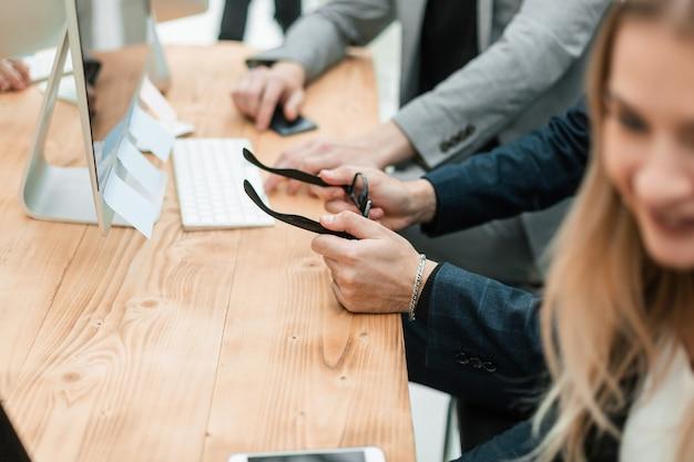 Grupo casual de executivos sentados na mesa do escritório
