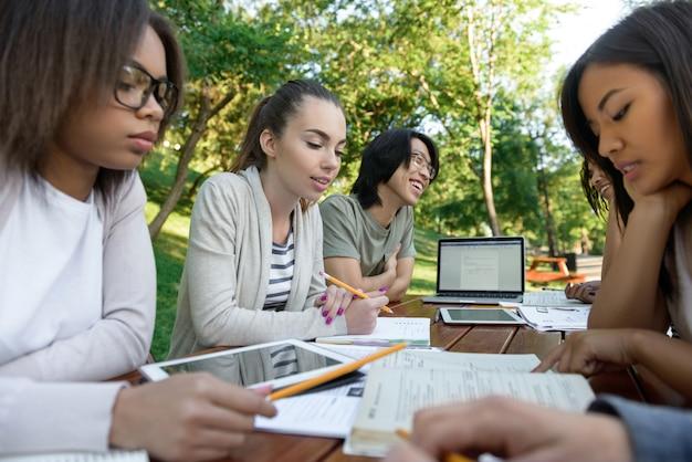 Grupo concentrado de jovens estudantes