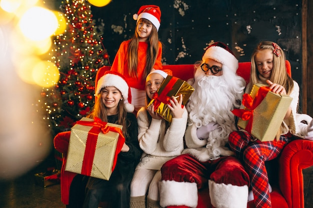 Grupo crianças, sentando, com, santa, e, presentes, ligado, véspera natal