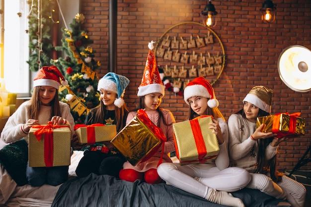 Grupo crianças, sentando, sentando, com, presentes