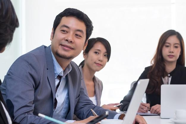 Grupo da equipe de reunião de negócios na sala de escritório.