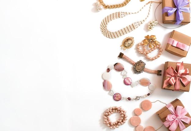 Grupo da joia das mulheres em brincos da corrente do bracelete da pérola do cameo da colar do estilo do vintage no fundo branco.
