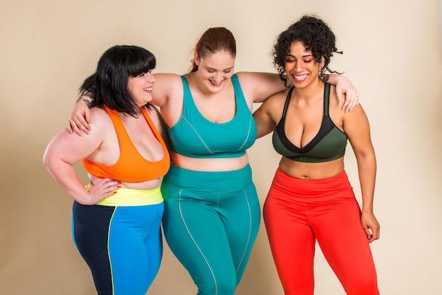 Grupo de 3 mulheres enormes posando. aceitação corporal e positividade corporal