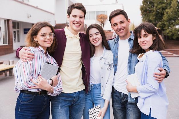 Grupo de abraçar amigos da faculdade